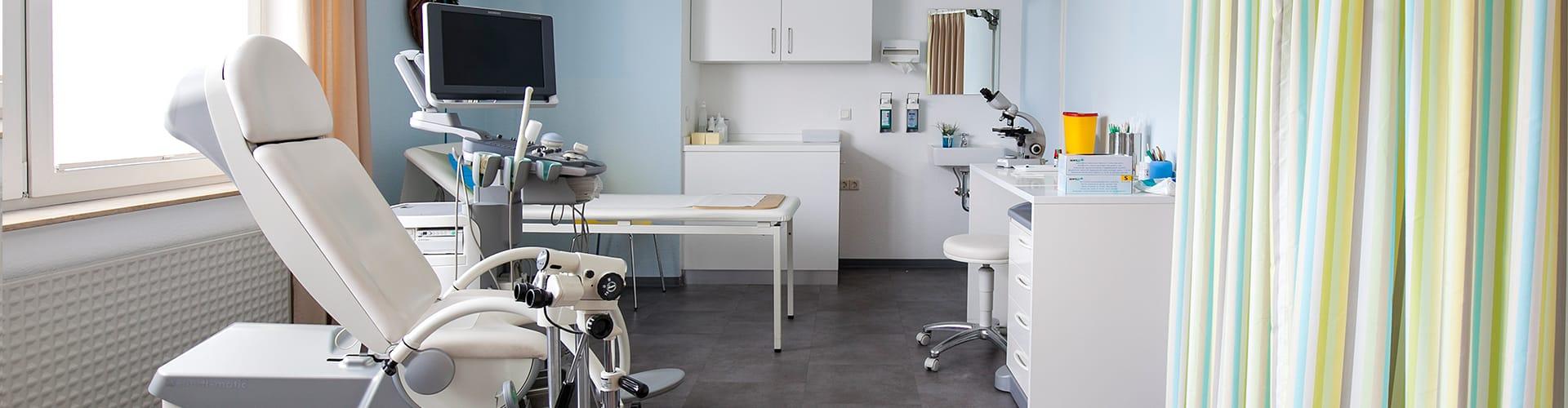 Hier sehen Sie ein Behandlungszimmer der Frauenarztpraxis Frau Dr. med. Berlinghoff in Lüdinghausen.